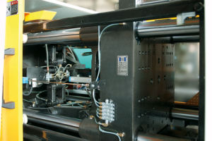 100ton High Efficiency Energy Saving Servo Injection Molding Machine pictures & photos