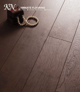 Oak HDF Embossed-in-Register (EIR) Laminate Floor E1 pictures & photos