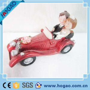 Polyresin Wedding Souvenir Statue with Car Figurine pictures & photos