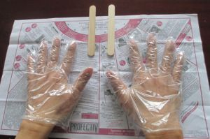 High Quality Hair Dying Gloves on Paper PE Gloves (7-5013) pictures & photos