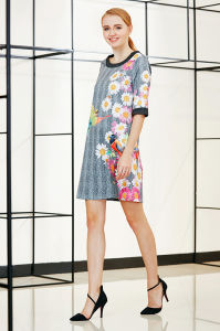 Three Quater Sleeve Placement Shift Dress with Black Cuff and Neck Trim pictures & photos