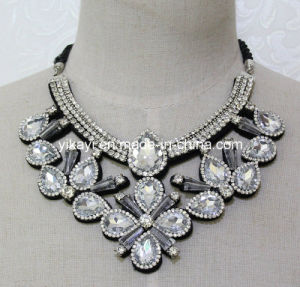 Lady Fashion White Glass Crystal Pendant Necklace Costume Jewelry (JE0208) pictures & photos