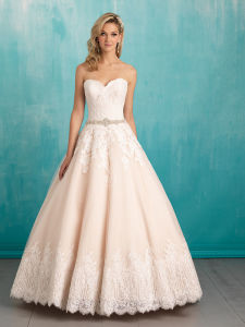 Empire Embroidary Cap Sleeve Wedding Gown Backless Bridal Dresses pictures & photos