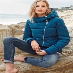 2016 Ladies Short Style Ladies Packable Hood Waterproof Down Jacket pictures & photos