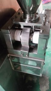 Zkg-5b PLC Control Laboratory Medical Powder Dry Type Granulator pictures & photos