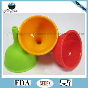 Hot Sale Silicone Funnel and Wine Pourer with FDA Sk05 (S) pictures & photos