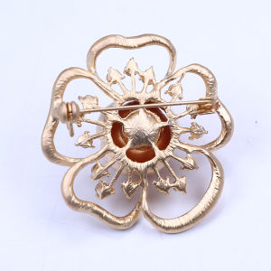 New Flower Design Gold Plated Copper Alloy Brooch with Big Shell Pearl pictures & photos
