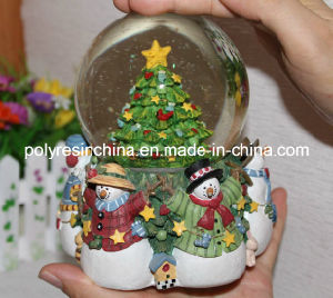 Resin/Polyresin Christmas Turning Snow Globe with Music Function pictures & photos
