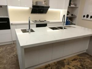 White Calacatta Artificial Quartz Countertop for Kitchen Design pictures & photos