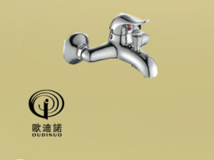Oudinuo Single Handle Brass Kitchen Faucet 67915-1 pictures & photos