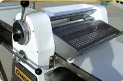 High Quality CE Certification 620 Wide Dough Sheeter Machine pictures & photos