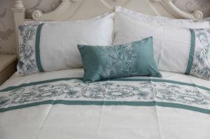 Classics Blue & White Shadow Vine Comforter Set pictures & photos