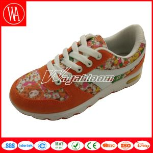 Lace-up Children Running Shoes with Flowers Printing pictures & photos
