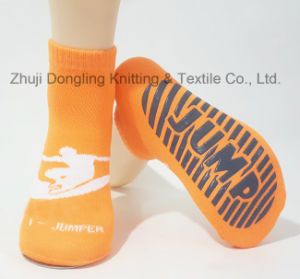 Sky High Jumping Socks Non-Skid Foot Trampoline Socks pictures & photos
