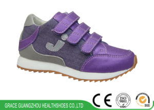 Kids Running Shoes with Wave-Pattern Design for Antiskid Walking pictures & photos