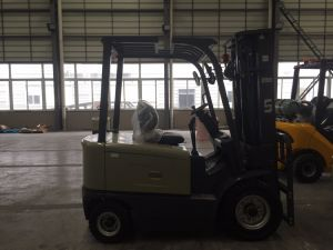 Un 3.0 Ton 3000kg Four Wheel Electric Power Triplex Mast Forklift pictures & photos