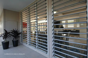 Residential Frame Wood Grain Aluminium Louver Window pictures & photos