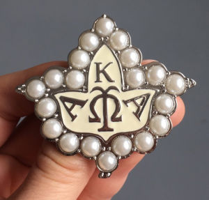 Wholesale Alloy Enamel Greek Letter Pearl Aka Brooch pictures & photos