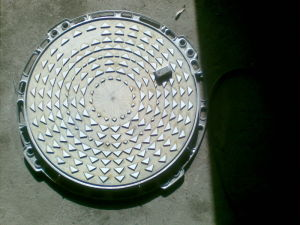 Ductile Casting Iron Manhole Cover and Frame En124 D400 pictures & photos