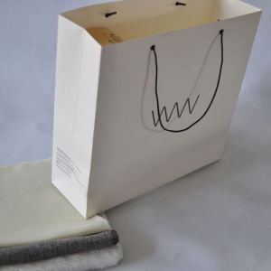 White Cardboard Paper Shopping Bag for Clothes Packing pictures & photos