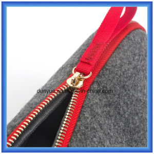 Young Design Wool Felt Portable Small Storage Hand Bag, Promotion Gift Packing Handle Bag / Cosmetic Bag with Zipper pictures & photos