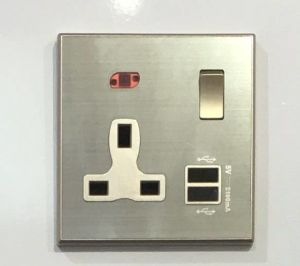 Factory High Quality UK 13A Switched Socket with 5V 2.1A USB pictures & photos
