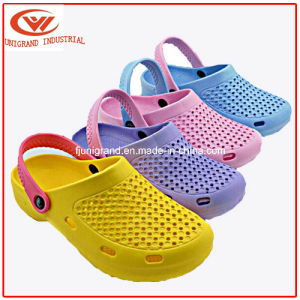 Antiskid Outdoor Slippers Beach Breathable Clogs for Children pictures & photos