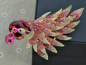 Fashion Gold Plated Rhinestone Gold Peacock Brooch pictures & photos