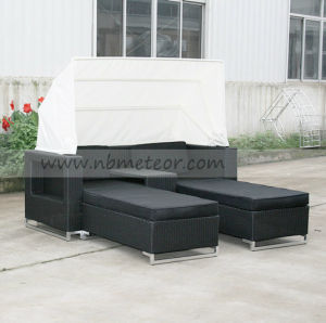 Mtc-126 Outdoor Rattan Sofa Daybed Lounge with Sun Unbrella for Outdoor Garden pictures & photos