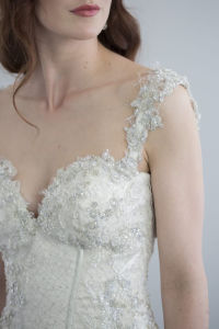 Oyster-Tone Delicate Dimensional Flower Lace and Layers of Chiffon and Tulle Skirt Wedding Dress with Bodice Fitted and Features a Corset-Style Back pictures & photos