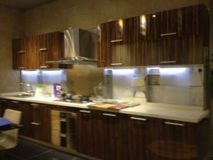 Artificial Wood Veneer Kitchen Cabinets pictures & photos