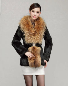 Women′s 100% Real Rabbit Fur Coat with Big Raccoon Fur Collar pictures & photos