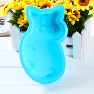 Blue Piglet Shaped Dishwashable Food Grade Silicone Cake Mold pictures & photos