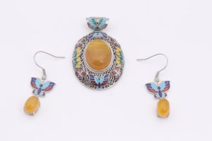 Vintage Style Hollow Crystal Flower Shaped Pendant Retro Stone Necklace pictures & photos