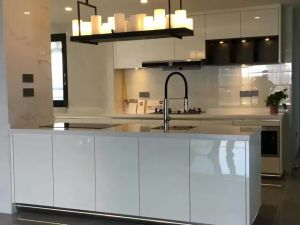 Popular White High Gloss Lacquer Finish Kitchen Cabinet (FOH-MKC135) pictures & photos
