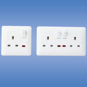 1 Gang Switched Socket with Neon (UK Stanard) pictures & photos