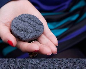 Charcoal Face Cleaning Sponge with Factory Price Konjac Sponge pictures & photos
