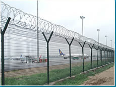 Airport Wire Mesh Fence with Barbed Wire pictures & photos