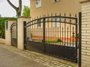High Quality Powder Coated Metal Gate pictures & photos