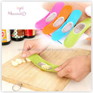 Fruit Vegetable Tool Zinc Alloy Arc-Shaped Garlic Press 19*4.3*3.5cm pictures & photos