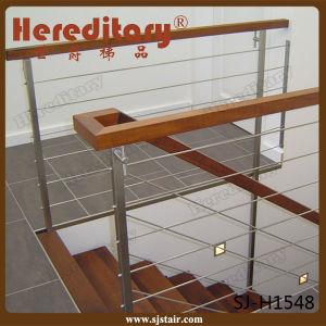 pasamanos interiores de la escalera del acero inoxidable y de madera con el alambrerod sjh