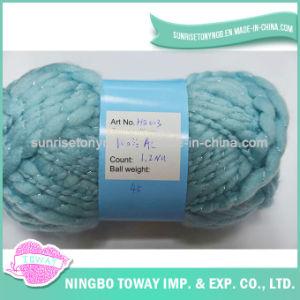 Fantasia colorida do ofício que tricota manualmente o fio do acrílico de 100%
