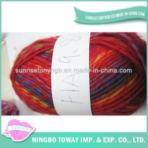 Tricotando manualmente a cor que gira o fio de lãs puro