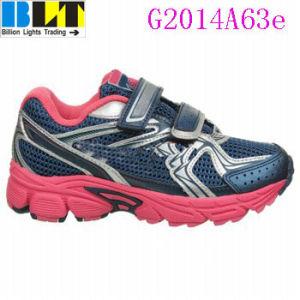 A menina de Blt presta-lhe atenção ir sapatas Running atlética do estilo