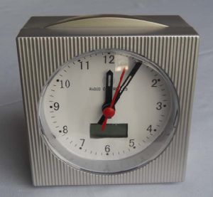 Horloge à table radio contrôlée (KV008)