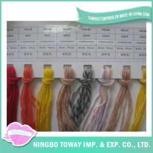 Tricotando manualmente o fio de lãs acrílico Worsted das peúgas dos tapetes
