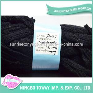 Tricotando manualmente o fio para confeção de malhas acrílico vermelho da lavagem super