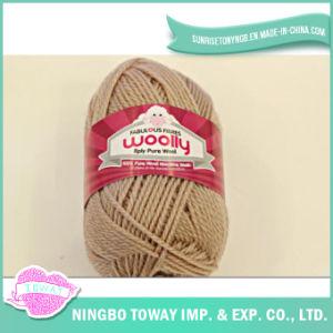 Tricotando manualmente as luvas que tecem o fio de lãs puro
