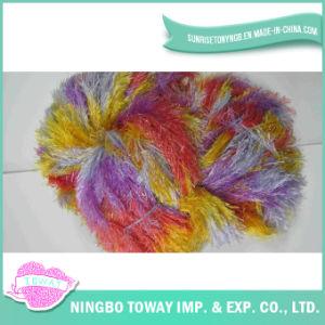 A pena veste as fibras acrílicas que tecem o fio extravagante do algodão
