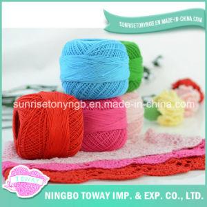 Tricotando manualmente a linha do algodão do Crochet do laço do bordado do fio